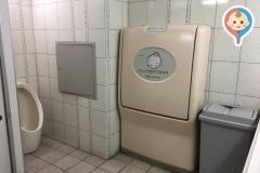 万代 貝塚店(1階 右奥の女子トイレ)のオムツ替え台情報