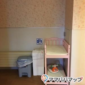 女性用トイレの一角にベビーベッドが置いてありました。