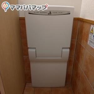 女性トイレのオムツ台。